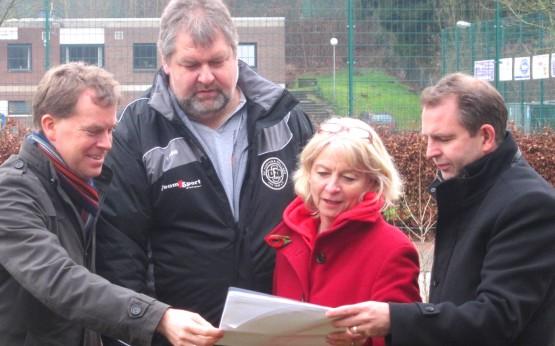 Zu Besuch vor Ort: Ulf Kämpfer lässt sich die Anliegen des Sportvereins erläutern