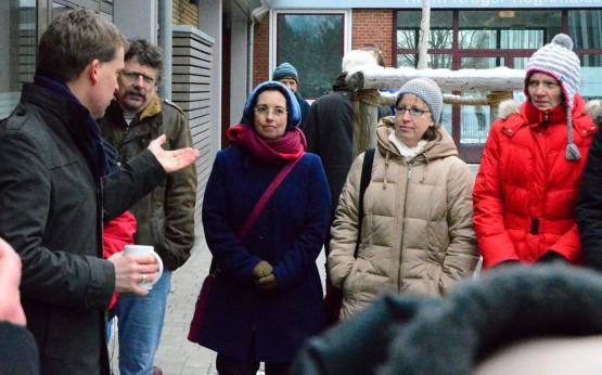 Ulf Kämpfer diskutiert mit Eltern